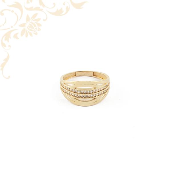 Fehér színű cirkónia kövekkel ékesítettnői köves arany gyűrű.
