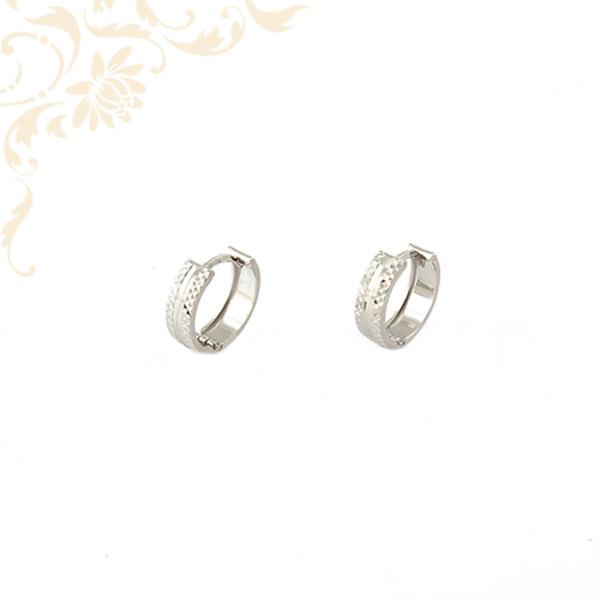 Gyémántvésett mintával és ródium bevonattal díszített, fehérarany karika fülbevaló.