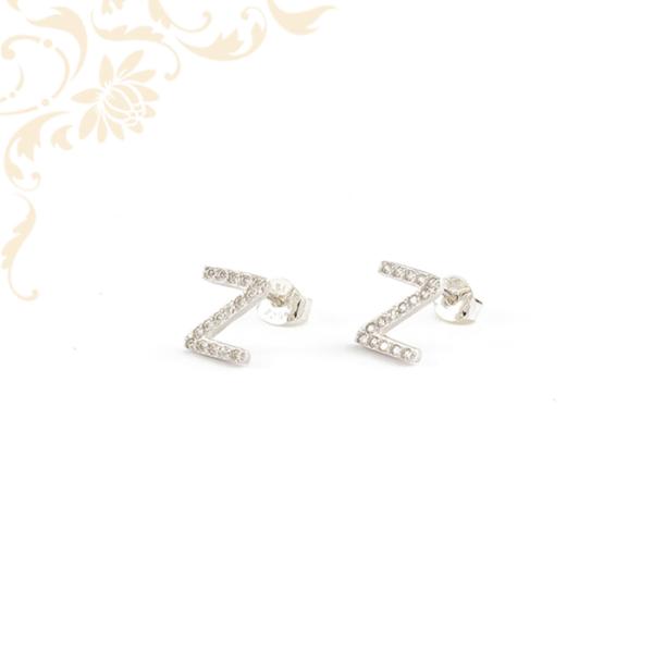 Z betűt mintázó ezüst fülbevaló, fehér színű cirkónia kövekkel díszítve.