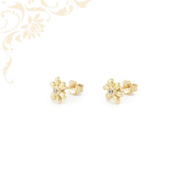 Virág formájú arany fülbevaló, fehér színű cirkónia kővel díszítve.