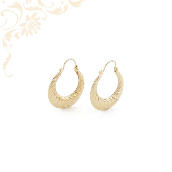 Női arany karika jellegű fülbevaló.