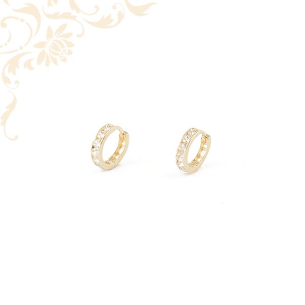 Fehér színű cirkónia kövekkel ékesített, gyermek arany karika fülbevaló.