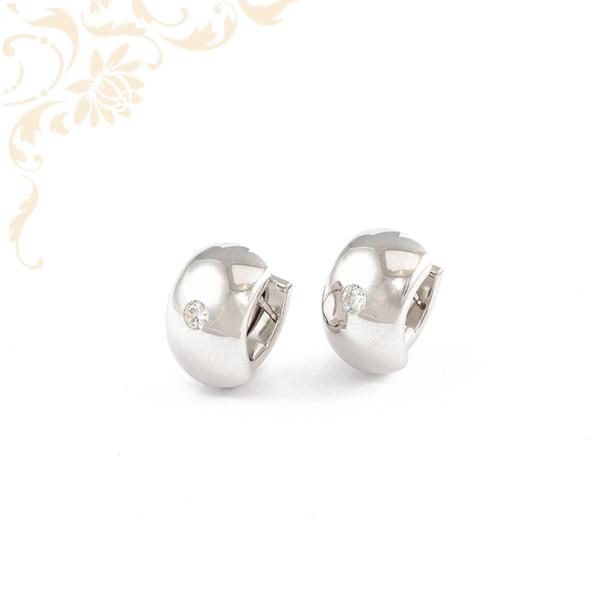 Enyhén domború, fehér színű cirkónia kővel díszített arany fülbevaló.