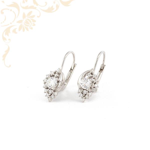 Fehér színű cirkónia kövekkel díszített, női arany fülbevaló.