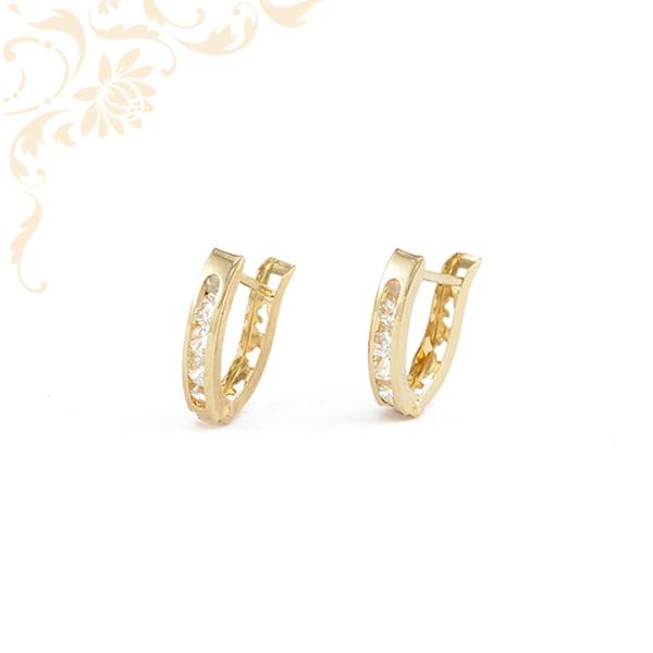Fehér színű cirkónia kövekkel, hátul áttört mintával díszített arany fülbevaló.