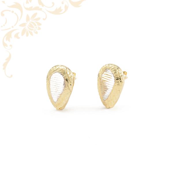 Nagyon csinos és mutatós, gyémántvésett mintával és ródium bevonattal díszített női arany fülbevaló.