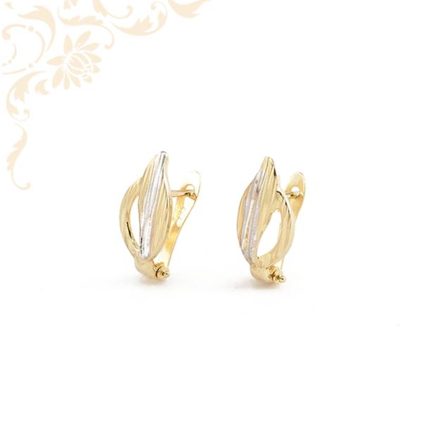 Nagyon szép és mutatós, gyémántvésett mintával és ródium bevonattal díszített női arany fülbevaló