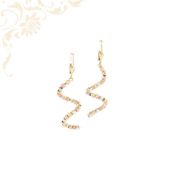 Háromszínű, gyémántvésett mintás arany gömbökkel díszített, női arany lógós fülbevaló.