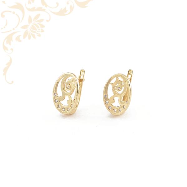Nagyon elegáns, áttört mintás, fehér színű cirkónia kövekkel díszített, női köves arany fülbevaló.