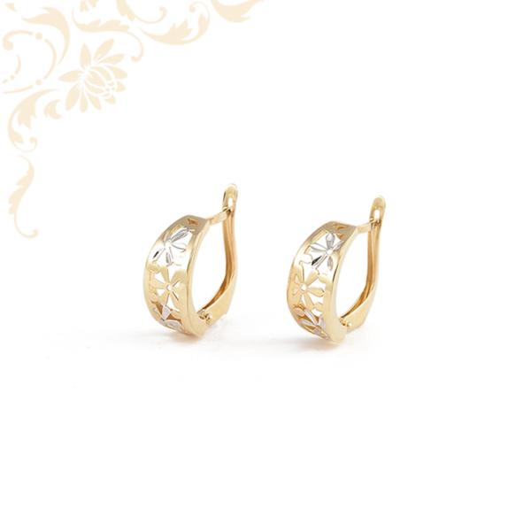 Áttört virág mintás arany fülbevaló, ródium bevonattal díszítve