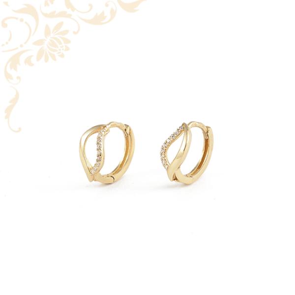 Fehér színű cirkónia kövekkel díszített, karika jellegű arany fülbevaló.