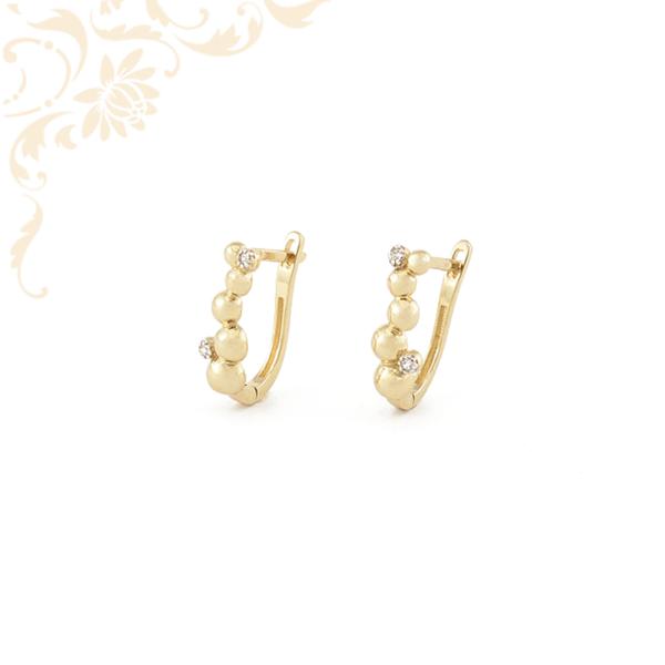 Arany félgömbökkel és fehér színű cirkónia kövekkel díszített arany fülbevaló.