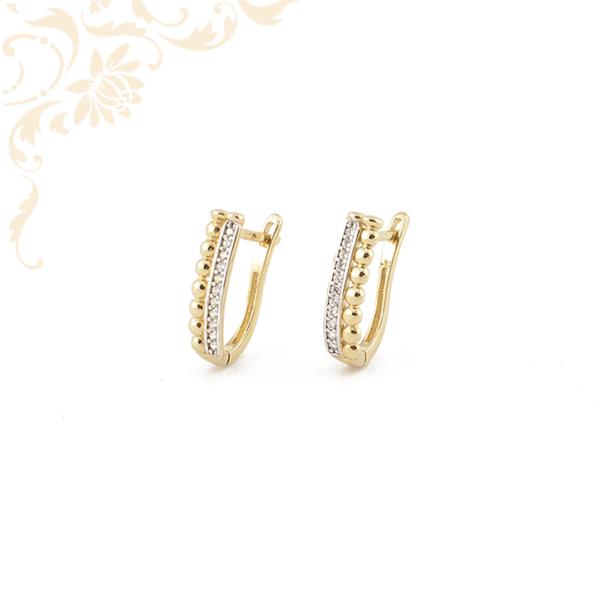 Arany félgömbökkel, ródium bevonattal és fehér színű cirkónia kövekkel díszített arany fülbevaló.