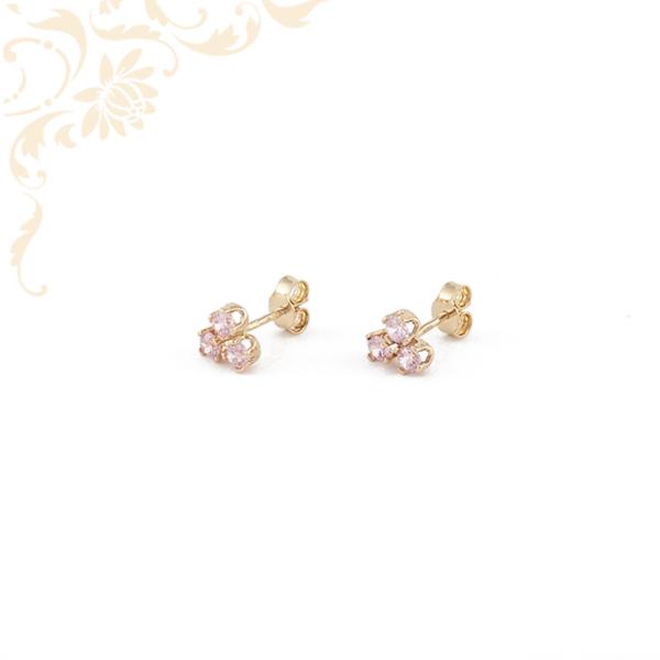 Rózsaszín színű szintetikus kövekkel díszített arany fülbevaló.