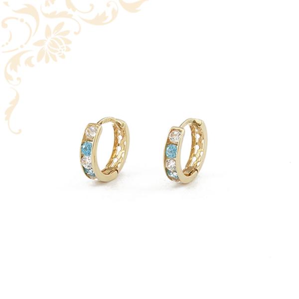 Fehér színű cirkónia, kék színű szintetikus kövekkel díszített, gyermek köves arany karika fülbevaló.