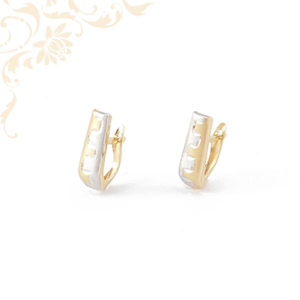Női arany fülbevaló gyémántvésett mintával díszítve.