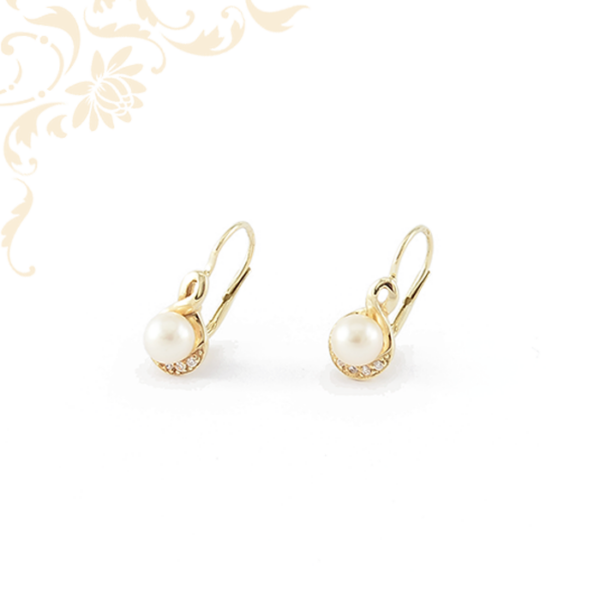Tenyésztett gyönggyel és fehér színű cirkónia kövekkel díszített, női köves arany fülbevaló
