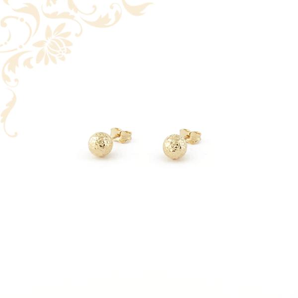 Gömb alakú arany fülbevaló gyémántvésett mintával díszítve