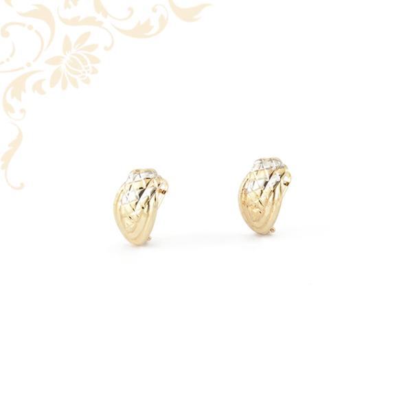 Enyhén domború, ízléses gyémántvésett mintával és ródium bevonattal díszített női arany fülbevaló.