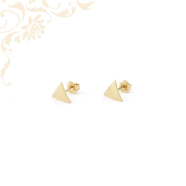 Háromszög alakú arany fülbevaló.