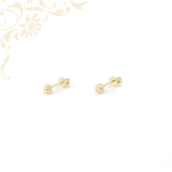 Gömb alakú arany fülbevaló gyéméntvésett mintával díszítve