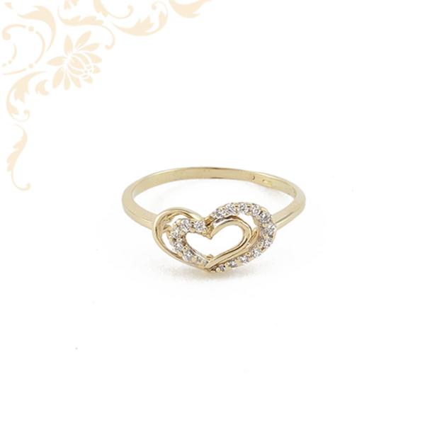 Szívecskés női arany gyűrű, fehér színű cirkónia kövekkel díszítve.