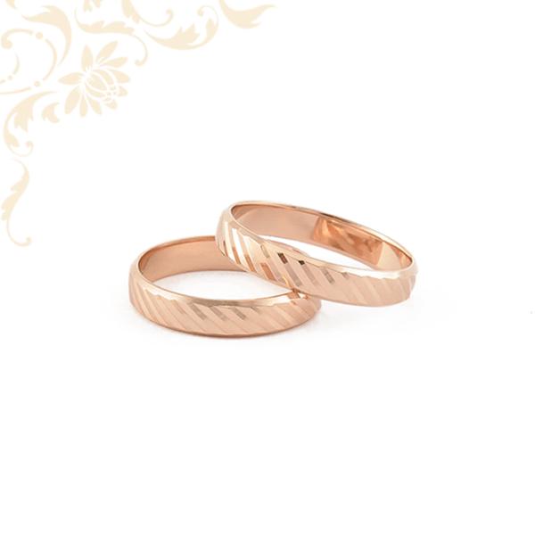 Arany karikagyűrű pár, gyémántvésett mintával díszítve.
