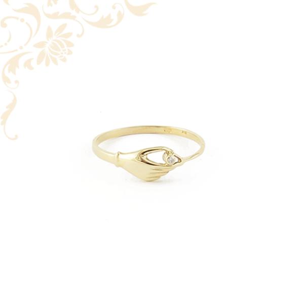 Női arany gyűrű, eljegyzési gyűrű. Kéz alakú fejrészű női köves arany gyűrű, mely nyújtja az elkötelezettség szimbólumát.