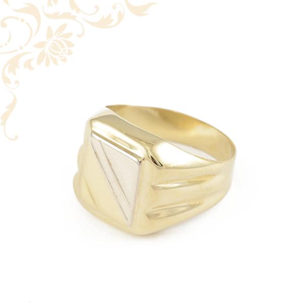 Modern, véséssel díszített férfi arany pecsétgyűrű