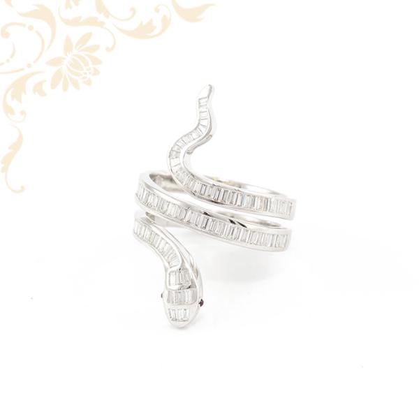 Extravagáns, kígyó formájú női köves arany gyűrű