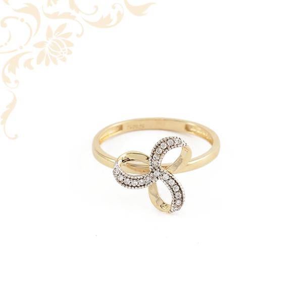 Egyedi megjelenésű, fehér színű cirkónia kövekkel ékesített, női köves arany gyűrű