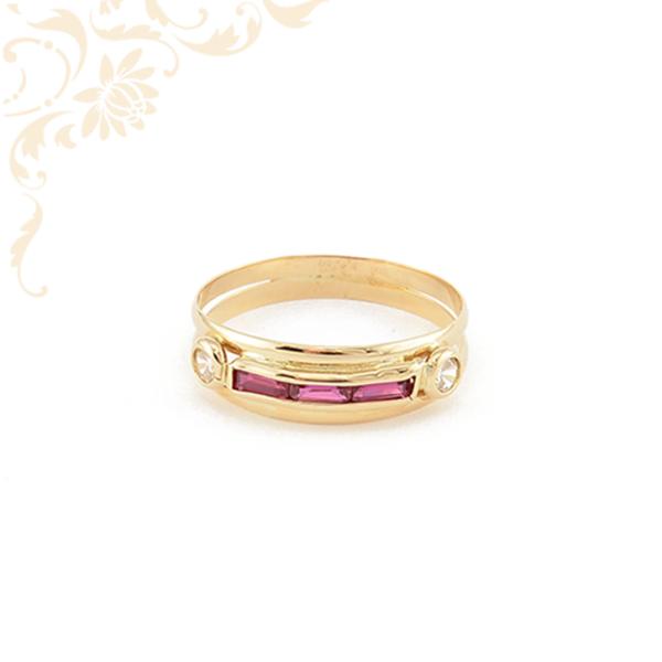 Mályva színű (bagett csiszolású) szintetikus, fehér színű cirkónia kövekkel díszített, női köves arany gyűrű.