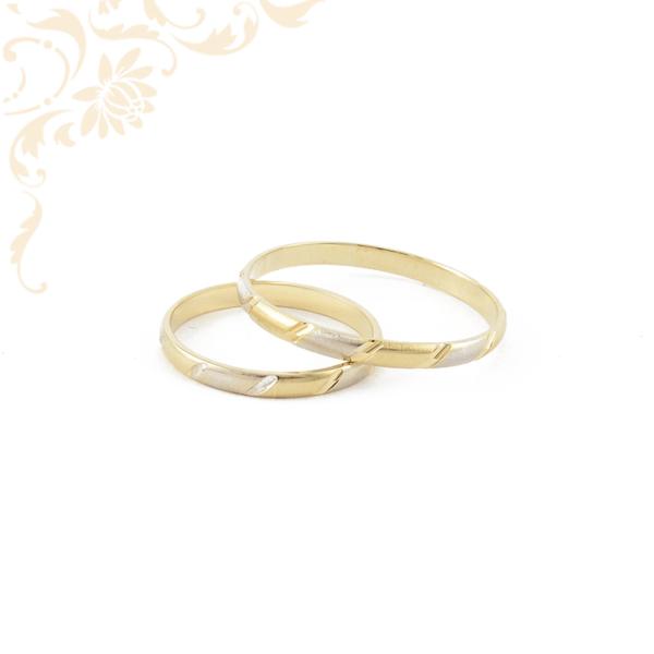 Arany karikagyűrű pár, gyémántvésett mintával és ródium bevonattal díszítve