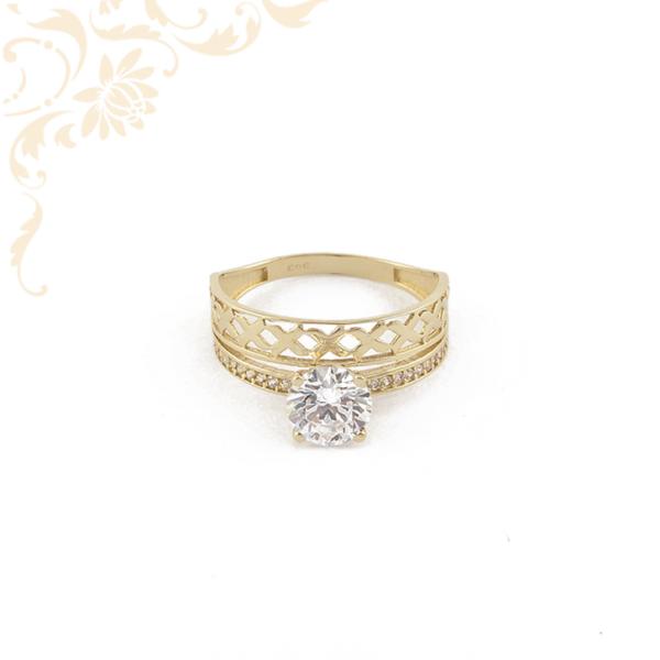 Nagyon szép és elegáns, női köves arany gyűrű