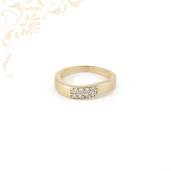 Hullámos vonalvezetésű, fehér színű cirkónia kövekkel díszített női arany gyűrű