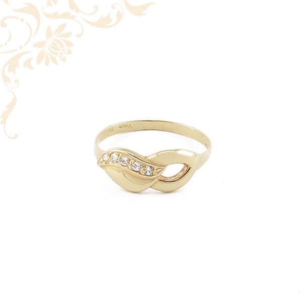 Női arany gyűrű cirkónia kövekkel díszítve.