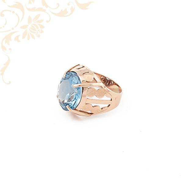Kék színű kővel ékesített arany gyűrű