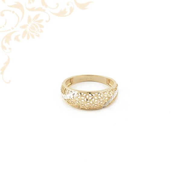 Exkluzív megjelenésű női arany gyűrű, áttört mintás fejrésszel és ródium bevonatos díszítéssel.