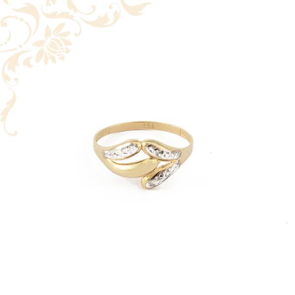 Nagyméretű, áttört fejrészű, ízléses gyémántvésett mintával díszített női arany gyűrű.