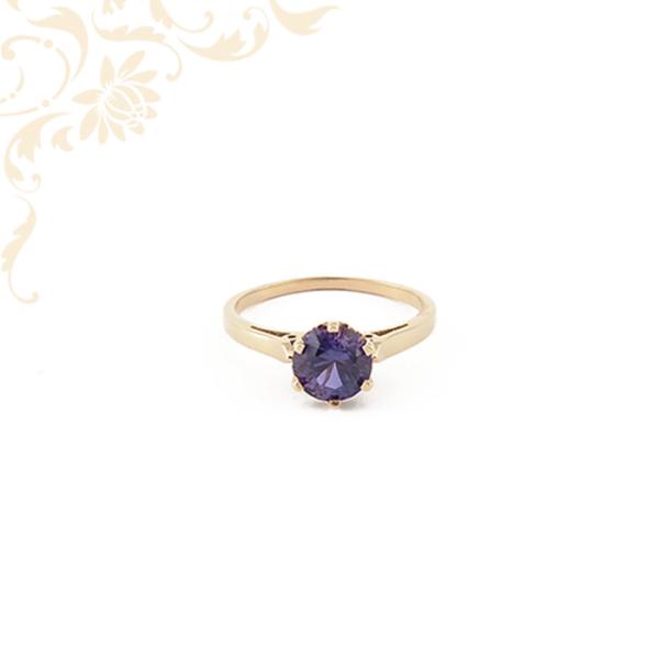 Gyönyörű lila színű szintetikus kővel ékesített, női köves arany gyűrű.