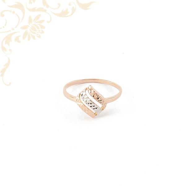 Áttört fejrészű, ízléses gyémántvésett mintával díszített női arany gyűrű