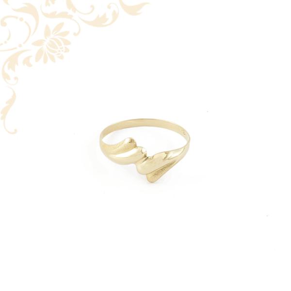 Kis súlyú női arany gyűrű gyémántvésett mintával díszítve