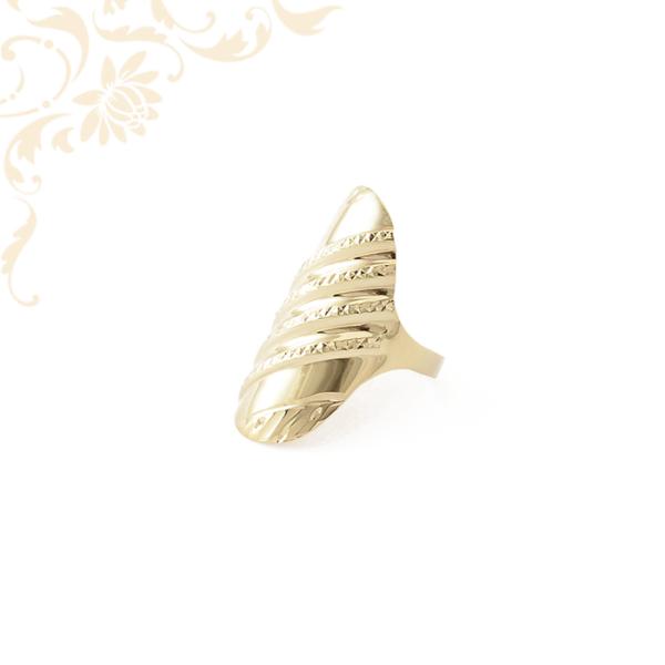 Exkluzív megjelenésű női arany gyűrű, gyémántvésett mintával díszítve