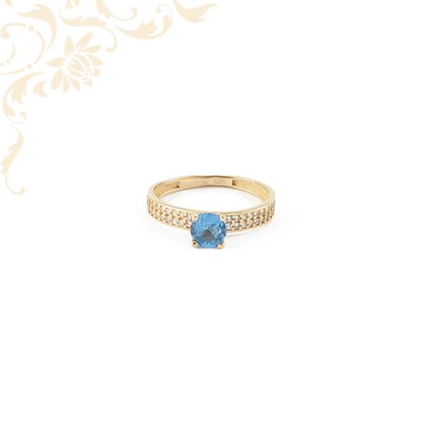 Gyönyörű kékszínű szintetikus, fehér színűcirkónia kövekkelékesített, női köves arany gyűrű.