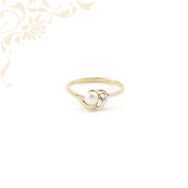 Női arany gyűrű tenyésztett gyönggyel ékesítve.