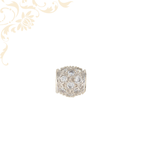 Nagyon szép, domború formájú, női köves arany futó medál, sok apró, fehér színű cirkónia kővel díszítve.