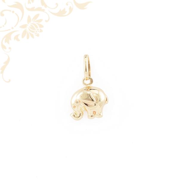 Bébi elefántot ábrázoló arany medál.