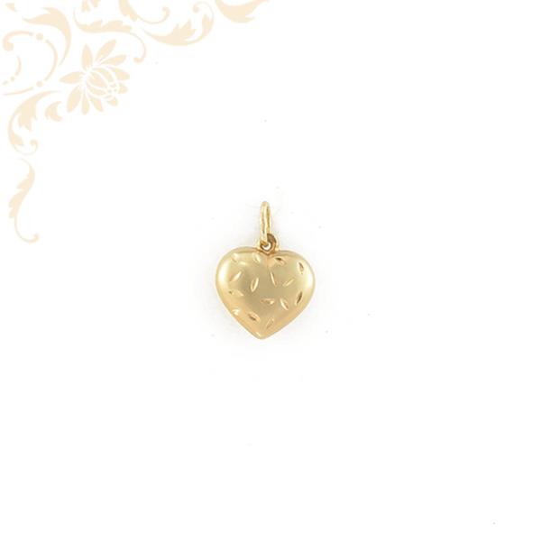 Üreges, szív formájú, gyémántvéséssel díszített arany medál, melynek a hátoldala tükörfényes felületű (3D).