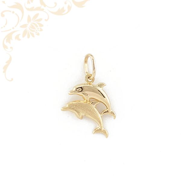 Delfin párt ábrázoló, üreges arany medál, gyémántvéséssel díszítve. (3D)
