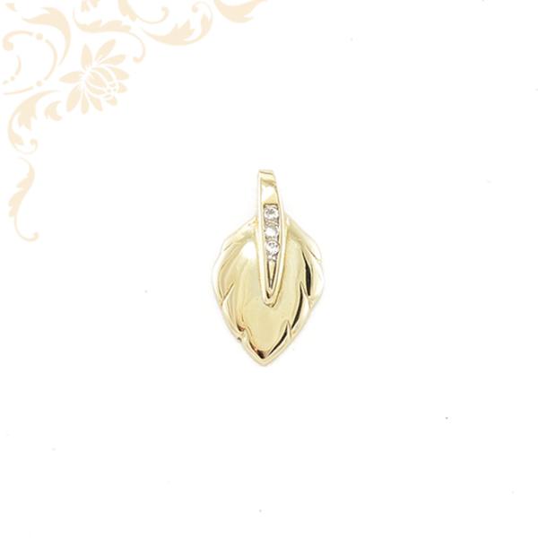 Fehér színű cirkónia kövekkel díszített, női arany medál